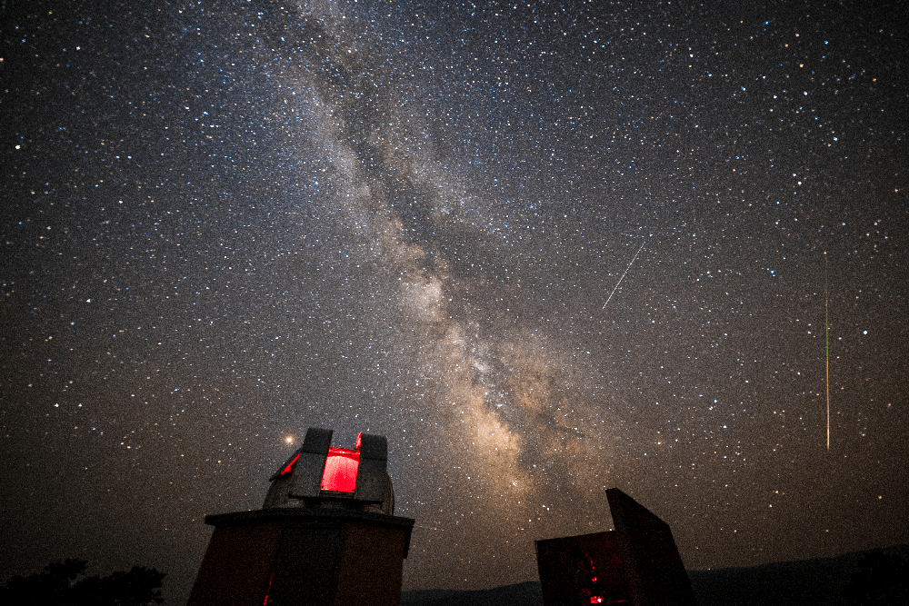 the milky way depicted clearly above observatories in utah