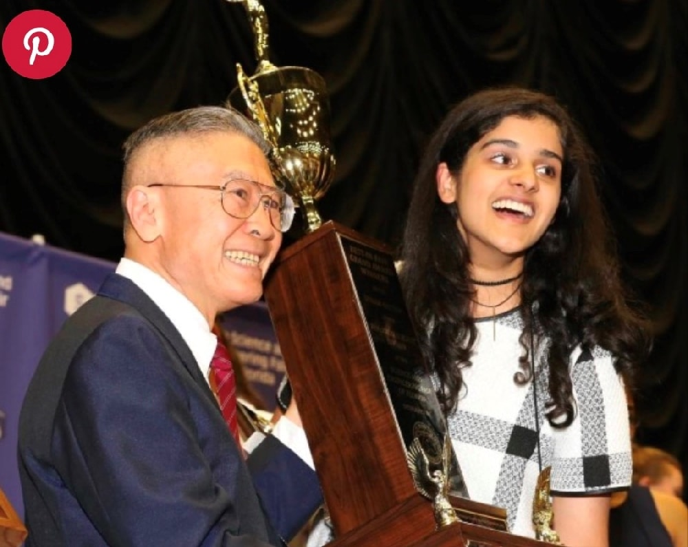 Haniya Shareef holding a tropy